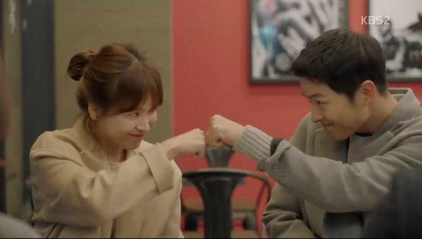First Bump Dr. Kang dan Kapten Yoo Sijin