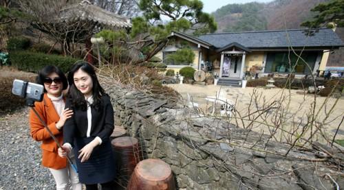 Wisatawan Lokal Selfie di Rumah Orang Tua Song Joong Ki