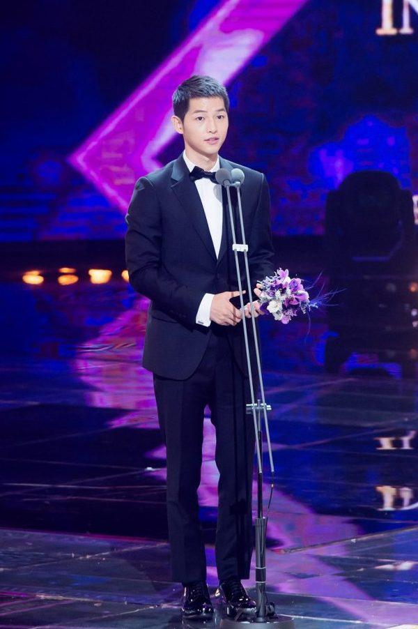 song-joong-ki-at-the-2016-seoul-drama-awards-3